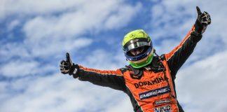 O piloto Wellington Cirino comemora o campeonato da Copa Sul.