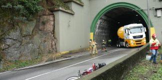 Cenário do acidente entre caminhão e moto, com os bombeiros fazendo o rescaldo. (Foto: Fernando Rosa/Brasil Caminhoneiro)
