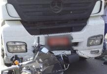 Motorista arrasta moto